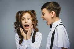 Muchacho enojado que grita en la muchacha descontenta asustada Emoción humana negativa, expresión facial primer Comunicación Fotografía de archivo libre de regalías