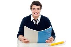 Muchacho estudioso que se prepara para los exámenes semestrales Imágenes de archivo libres de regalías