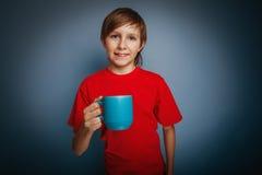 Muchacho europeo del adolescente del aspecto en camisa roja Fotografía de archivo