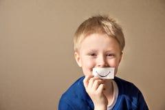 Muchacho feliz (adolescente) con la sonrisa de papel Imágenes de archivo libres de regalías