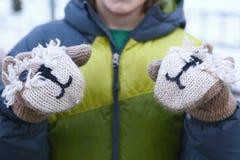 Muchacho feliz adolescente en manoplas de la ropa del invierno Fotografía de archivo