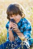 Muchacho feliz adolescente que juega con el animal doméstico de la rata al aire libre Imágenes de archivo libres de regalías
