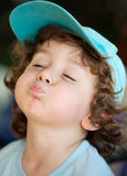 Muchacho feliz adorable que hace trivialidades Fotos de archivo libres de regalías
