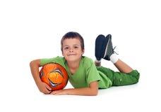 Muchacho feliz con el balón de fútbol fotos de archivo