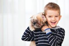 Muchacho feliz con el perro Foto de archivo libre de regalías