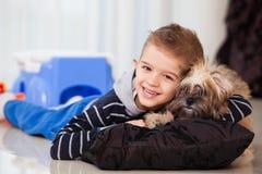 Muchacho feliz con el perro Imagen de archivo libre de regalías