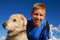 Muchacho feliz con el perro Fotografía de archivo