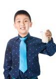 Muchacho feliz con el vidrio de leche a disposición aislado en el fondo blanco Imagen de archivo