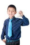 Muchacho feliz con el vidrio de leche a disposición aislado en el fondo blanco Foto de archivo libre de regalías