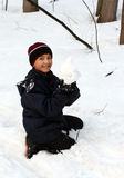 Muchacho feliz con la bola de nieve Foto de archivo libre de regalías