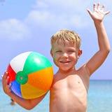 Muchacho feliz con la bola de playa Imagen de archivo