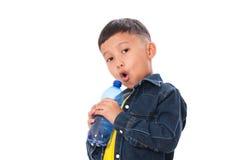 Muchacho feliz con la botella de agua Foto de archivo