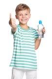 Muchacho feliz con la botella de agua Fotos de archivo