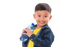 Muchacho feliz con la botella de agua aislada Foto de archivo