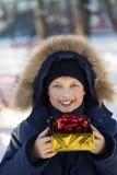 Muchacho feliz con la caja de regalo Imágenes de archivo libres de regalías