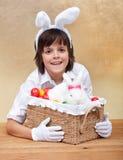 Muchacho feliz con la cesta de pascua Imagen de archivo libre de regalías
