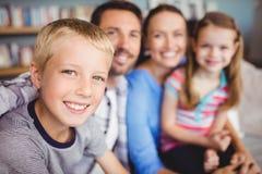 Muchacho feliz con la familia en el sofá Imagenes de archivo