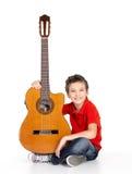 Muchacho feliz con la guitarra acústica fotografía de archivo
