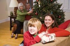 Muchacho feliz con la mama y los abuelos en la Navidad Fotografía de archivo libre de regalías