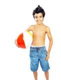 Muchacho feliz con la pelota de playa Fotos de archivo