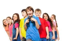 Muchacho feliz con los prismáticos en un grupo Fotografía de archivo libre de regalías