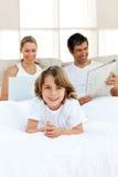 Muchacho feliz con sus padres que se relajan Foto de archivo libre de regalías