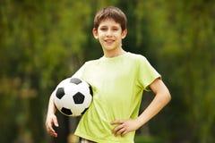 Muchacho feliz con un balón de fútbol Imagen de archivo libre de regalías