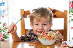 Muchacho feliz con un tazón de fuente de cereal Fotografía de archivo libre de regalías