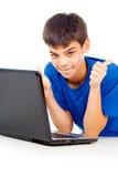 Muchacho feliz con una computadora portátil fotografía de archivo