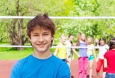 Muchacho feliz del adolescente en patio durante voleibol Imagen de archivo