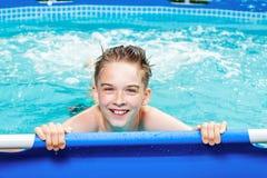 Muchacho feliz del adolescente en una piscina al aire libre Fotos de archivo