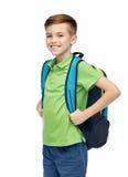 Muchacho feliz del estudiante con el bolso de escuela Foto de archivo