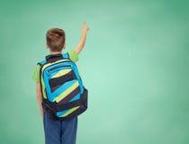 Muchacho feliz del estudiante con el bolso de escuela Fotos de archivo libres de regalías