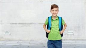 Muchacho feliz del estudiante con el bolso de escuela Fotos de archivo