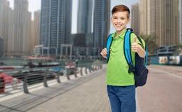 Muchacho feliz del estudiante con el bolso de escuela Foto de archivo libre de regalías