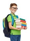 Muchacho feliz del estudiante con el bolso y los libros de escuela Foto de archivo