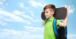 Muchacho feliz del estudiante con la mochila y el monopatín Fotografía de archivo