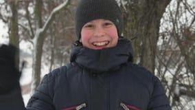 Muchacho feliz del niño en invierno metrajes