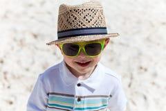 Muchacho feliz del niño en la playa blanca de la arena Fotografía de archivo libre de regalías