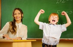 Muchacho feliz del pelirrojo en escuela Foto de archivo libre de regalías
