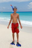 Muchacho feliz del tubo respirador en la playa Imagen de archivo