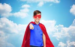 Muchacho feliz en cabo y máscara rojos del super héroe Fotografía de archivo libre de regalías