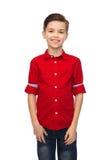 Muchacho feliz en camisa roja Fotos de archivo