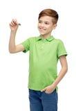 Muchacho feliz en camiseta verde con la escritura del marcador Imágenes de archivo libres de regalías