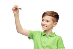 Muchacho feliz en camiseta verde con la escritura del marcador Foto de archivo