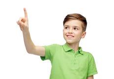 Muchacho feliz en camiseta verde del polo que destaca el finger Fotos de archivo