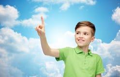 Muchacho feliz en camiseta verde del polo que destaca el finger Imágenes de archivo libres de regalías