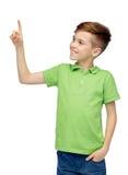 Muchacho feliz en camiseta verde del polo que destaca el finger Fotografía de archivo