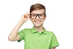 Muchacho feliz en camiseta y lentes verdes del polo Fotografía de archivo