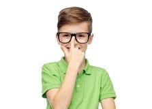 Muchacho feliz en camiseta y lentes verdes del polo Imágenes de archivo libres de regalías